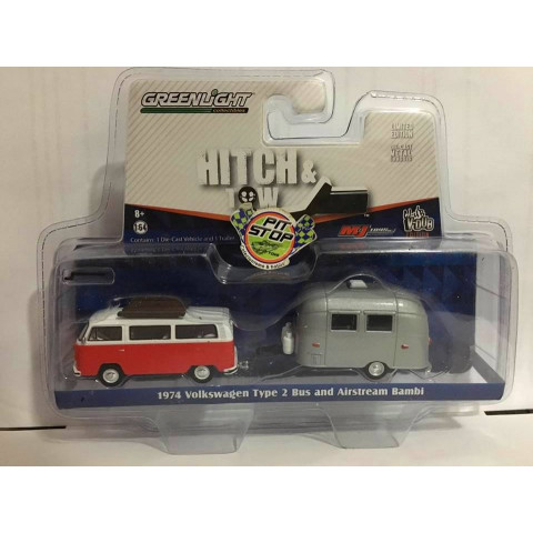Greenlight - 1:64 - 1974 Volkswagen Type 2 Bus and Airstream Bambi Vermelho - Hitch and Tow - Exclusivo M&J Toys