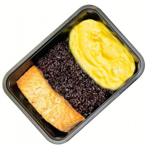 Salmão grelhado, arroz negro e purê de batata doce