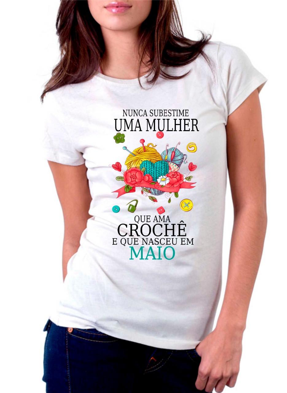 Camiseta Personalizada Nunca Subestime uma Mulher que Ama Crochê