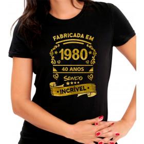 Camiseta Personalizada Preta Fabricada 40 Anos Sendo Incrível Dourada - Escolha o Ano