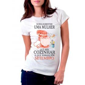 Camiseta Personalizada Nunca Subestime uma Mulher que Ama Cozinhar
