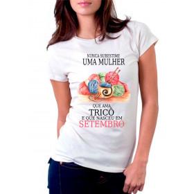 Camiseta Personalizada Nunca Subestime uma Mulher que Ama Tricô