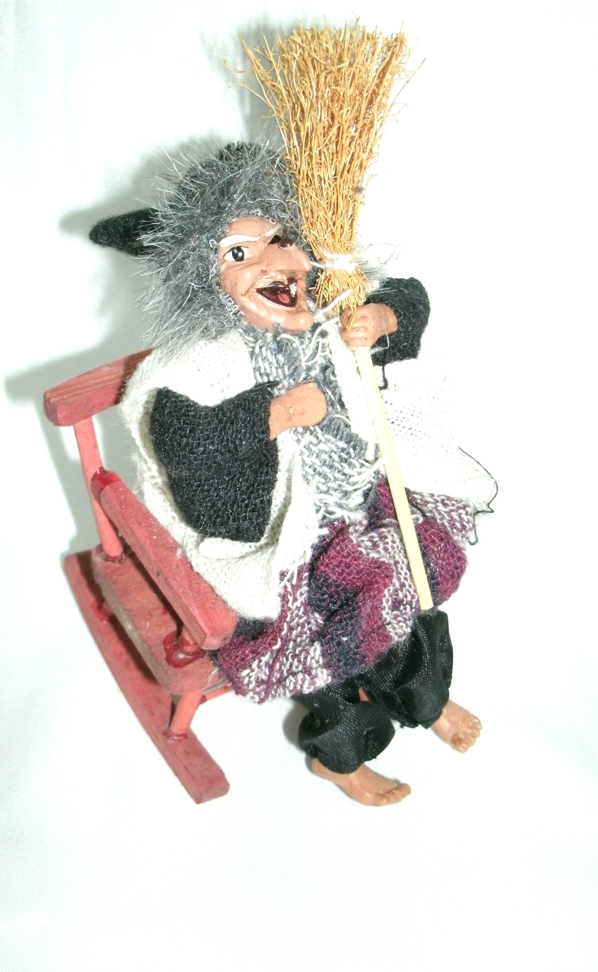 BN3104-02 - Bruxa Sentada na Cadeira (P)
