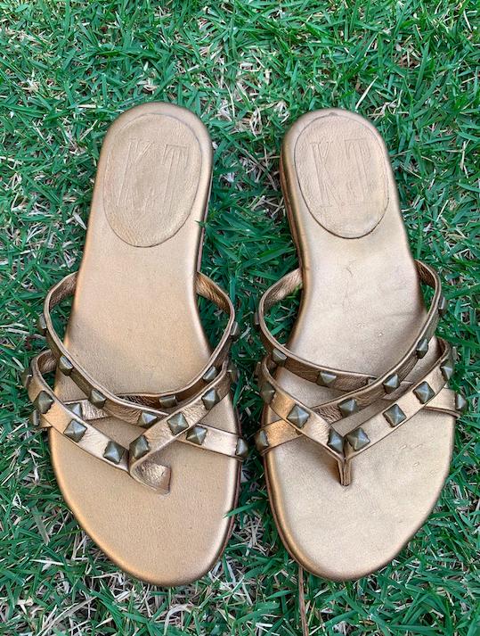 Sandália Rasteira dourada com spike K&T T: 35 doado por K&T ( Produto Novo)