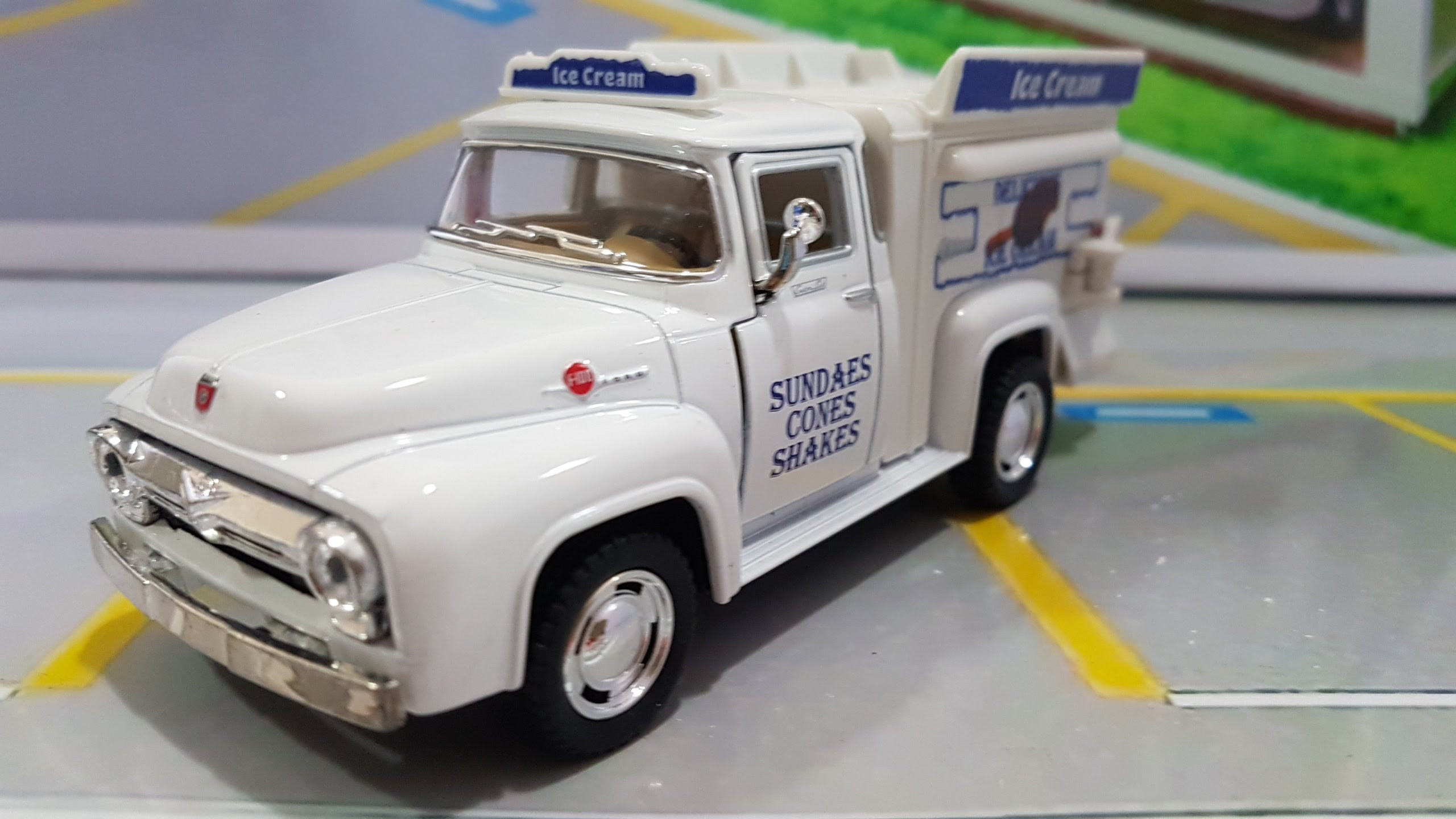 Ford Pickup F-100 1956 Ice Cream Truck Kinsmart 1:38
