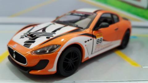 Maserati Gran Turismo MC Stradale Racing Laranja 1:38 Kinsmart