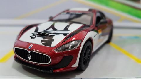 Maserati Gran Turismo MC Stradale Racing Vermelho 1:38 Kinsmart