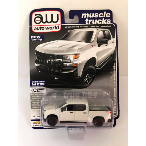 Auto World - 2019 Chevy Silverado Z71 Custom Tail Boss Branco - Muscle Trucks