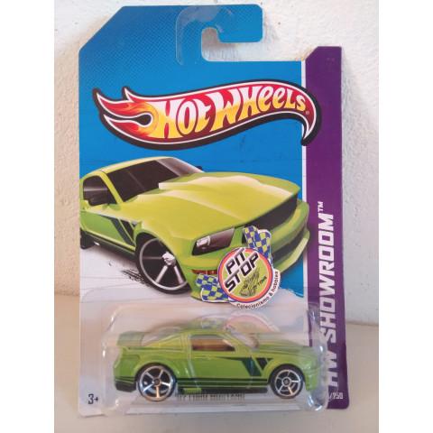 Hot Wheels - 07 Ford Mustang Verde - Mainline 2013